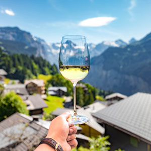 Verre de vin blanc face à la montagne