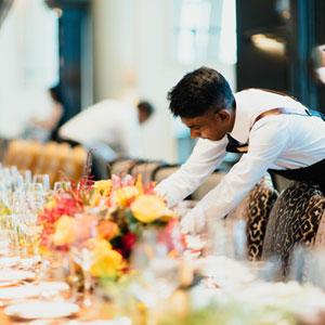 Serveur dressant la table d'un restaurant